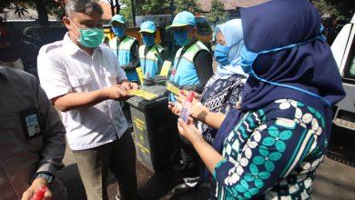 Pemerintah Kota Bandung membagikan Alat Pelindung Diri (APD) dan vitamin kepada para petugas PD Kebersihan