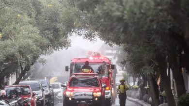 Dinas Pemadam Kebakaran dan Penanggulangan Bencana (Diskar PB) Kota Bandung menyemprotkan cairan teepol di Masjid Agung, Alun-alun, Jalan Dalem Kaum