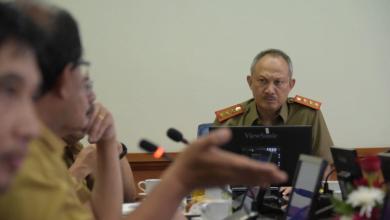 Sekretaris Daerah (Sekda) Provinsi Jawa Barat (Jabar) Setiawan Wangsaatmaja mengimbau kepada warga Jabar untuk tidak panik dalam membeli pangan. Sebab, stok pangan Jabar masih aman.