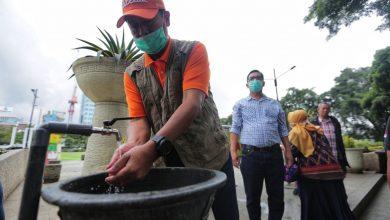 Pemerintah Kota (Pemkot) Bandung bersiaga dan mengambil langkah taktis. Salah satunya dengan memasang wastafel atau tempat mencuci tangan di ruang-ruang publik