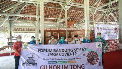 Wali Kota Bandung, Oded M. Danial bersama Forum Bandung Sehat menggalang bantuan dari perusahaan dan instansi swasta berupa paket sembako yang akan dibagikan kepada keluarga miskin dan sangat miskin di Kota Bandung