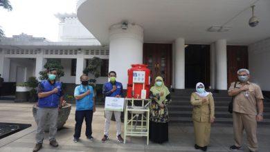 Rumah Yatim memberikan bantuan sebanyak 10 tempat cuci tangan portabel kepada Forum Bandung Sehat (FBS).