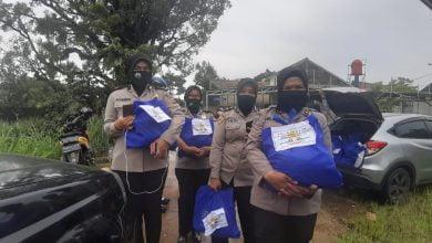 Polwan Polrestabes Bandung Memperingati Hari Kartini dengan membagikan Sembako kepada Warga Terdampak Covid 19