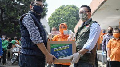 Gubernur Jawa Barat Ridwan Kamil saat melepas petugas pos dan ojek online (ojol) untuk menyalurkan bansos dari Pemerintah Daerah (Pemda) Provinsi Jabar kepada Keluarga Rumah Tangga Sasaran (KRTS) Kota Bandung