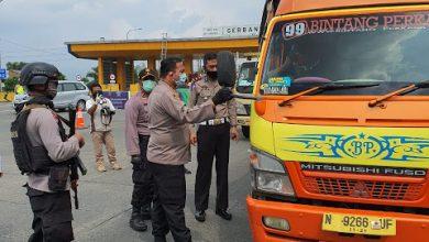Wakapolrestabes Bandung ketika mengunjungi Checkpoint PSBB Pasirkoja. Jumat (24-04-2020)