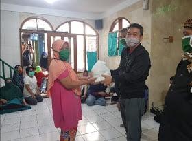 Dewan Kemakmuran Masjid (DKM) Almufhlihin, Ustazd Entang dan Bapak Lurah Cipedes H. Dedi Rustandi SH, membagikan sembako gratis kepada jamaah masjid dan warga sekitar