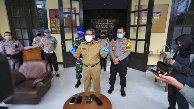 WAKIL Wali Kota Bandung, Yana Mulyana sebagai Wakil Ketua Gugus Tugas Percepatan Penanganan Covid-19 Kota Bandung memberikan keterangan pers usai Rapat Gelar Rencana Pengamanan Pelaksanaan PSBB di Polrestabes Bandung,