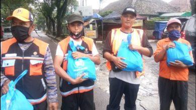 PWI Kota Bandung dan SMSI Jabar bagikan ratusan paket sembako dan masker untuk masyarakat terdampak Covid-19.