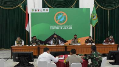 Gubernur Jawa Barat (Jabar) Ridwan Kamil mengikuti Rapat Terbatas bersama Presiden RI, para menteri, dan sejumlah kepala daerah via video conference di Gedung Pakuan