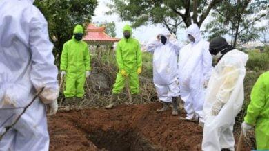 petugas penggali dari UPT3 TPU Cikadut Bandung