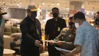 mendisiplinkan aturan Pembatasan Sosial Berskala Besar (PSBB), Satuan Polisi Pamong Praja Kota Bandung masih harus menutup paksa sejumlah toko dan lokasi usaha yang tidak dikecualikan