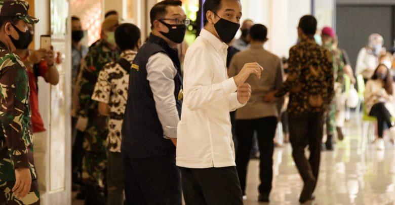 Gubernur Jawa Barat (Jabar) Ridwan Kamil mendampingi kunjungan kerja Presiden Republik Indonesia (RI) Joko Widodo (Jokowi) di Summarecon Mall Bekasi (SMB)