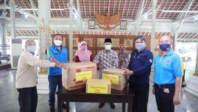 Masyarakat Tionghoa Peduli bersama Yayasan Pikiran Rakyat memberikan bantuan kepada para petugas PD Kebersihan Kota Bandung