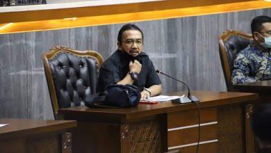 Ketua Komisi D, Aries Supriyatna mengatakan, Pemerintah Kota Bandung harus menjamin hak peserta didik dalam Perwal dan memastikan semua siswa dapat sekolah
