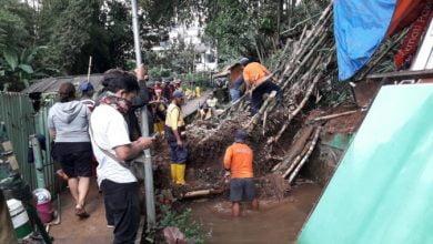 Lokasi tanah longsor akibat hujan deras tersebut terjadi di wilayah RW 10 kp Gandok Kelurahan Hegarmanah kecamatan cidadap, Kota Bandung hampir menutup Aliran sungai Cibarani