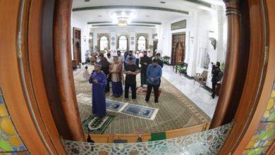 Keluarga Walokota Bandung, Oded M. Danial melaksanakan shalat Idulfitri 1411 H di rumah dinas, Pendopo Kota Bandung, jln Dalem Kaum, Minggu (24/5/2020)