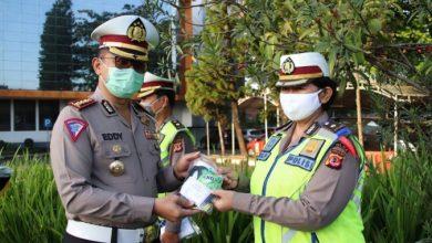 Ketua Pengurus Bhayangkari Daerah Jawa Barat Ny. Luly Rudy Sufahriadi yang diwakili oleh Dir Lantas Polda Jabar Kombes Pol. Eddy Djunaedi, S.I.K., menyerahan paket obat-obatan beserta masker kepada anggota Dit Lantas Polda Jabar