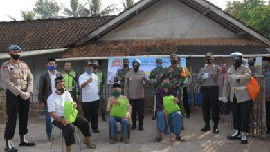 Kabid Humas Polda Jabar dan Bid Propam Bagikan Sembako Dampak Covid-19 di Kab.Bandung