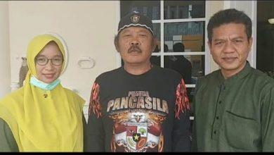 Ketua MPW Pemuda Pancasila Jawa Barat, H TB Dasep (tengah) menyampaikan dukungan terbuka kepada bakal calon Bupati Bandung periode 2020-2025, Dadang Supriatna (kanan) untuk memenangi Pilkada Kabupaten Bandung untuk mengakhiri politik dinasti