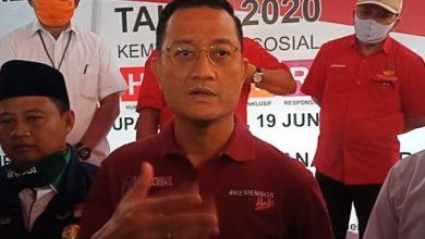 poto : Mensos, Julian Batubara saat menyerahkan secara simbolis BLT di Kabupaten Garut