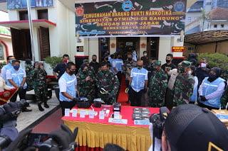 Pangdam III/Siliwangi Mayjen TNI Nugroho Budi Wiryanto saat menghadiri acara pemusnahan barang bukti Narkotika sinergitas Otmil II-8 Bandung bersama BNNP Jabar
