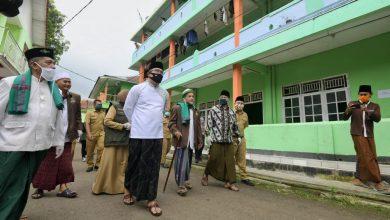 Ketua Gugus Tugas Percepatan Penanggulangan COVID-19 Jawa Barat (Jabar) Ridwan Kamil meninjau penerapan protokol kesehatan di Pondok Pesantren Miftahul Huda Al-Azhar Citangkolo, Kota Banjar, Senin (6/7/20).