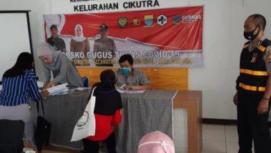 Bhabinkamtibmas Kelurahan Cikutra, Polsek Cibeunying Kidul, Polrestabes Bandung, Aiptu Rukmana, laksanakan monitoring penyaluran BST tahap ke 3, di aula kelurahan Cikutra, Rabu, (8/7/2020).