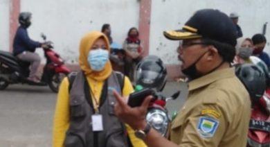 Yuyun (TKSK) dan Edi Purwadi (Sekretaris Camat Cibeunying Kidul) Saat memantau pendistribusian Bansos