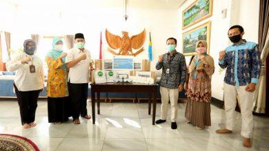 Wali Kota Bandung, Oded M. Danial menerima langsung Bantuan APD dari CEO Filantra