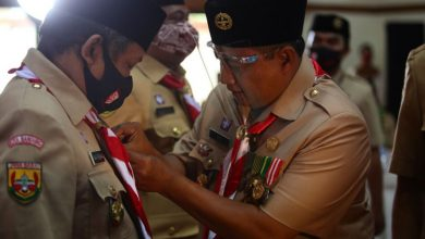 Wakil Gubernur Jawa Barat, Uu Ruzhanul Ulum didampingi Ketua Kwarda Jabar, Yusuf Macan Effendi menyematkan Lencana Dharma Bakti kepada Wakil Ketua Mabicab Kwartir Cabang Pramuka Kota Bandung, Yana Mulyana