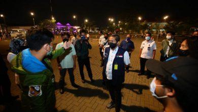 Wakil Ketua Gugus Tugas Percepatan Penanganan Covid-19 Kota Bandung, Yana Mulyana yang juga Wakil Wali Kota Bandung saat meninjau simulasi drive in cinema di Kiara Artha Park, Rabu (2 September 2020).