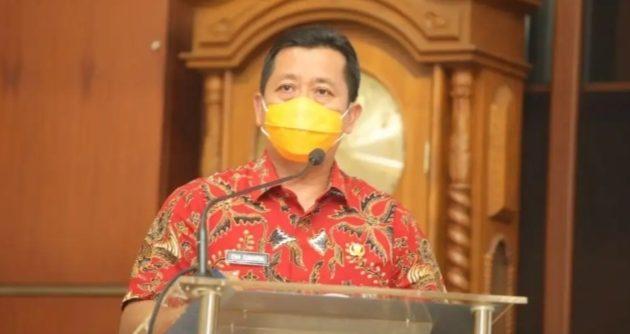 KETUA Pelaksana Harian Gugus Tugas Percepatan Penanganan Covid-19, Ema Sumarna saat memberikan pengarahan pada pertemuan dengan camat dan lurah di Kota Bandung, Jumat (2 Oktober 2020).