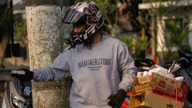 Irfan bagikan teh kotak & rokok di Jalan Setiabudhi Bandung