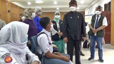 Ketua Harian Satuan Tugas Penanganan Covid-19 Kota Bandung, Ema Sumarna ketika meninjau vaksinasi Covid-19 di SMKN 15 Kota Bandung, Kamis 23 September 2021.